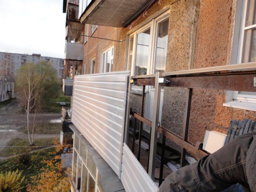 Внутренняя обшивка старых балконов с металлическим ограждением.